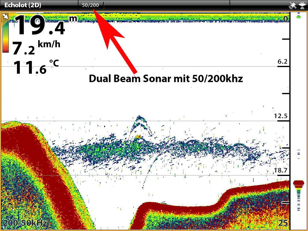 Dual Beam 2D Sonarbild auf einem Humminbird ONIX8ci SI Combo. Hier wurde ein Dual Beam aus 50 und 200 khz gewählt. Erkennbar ist eine Sprungschicht, die sich in einem tiefen Loch gebildet hat. In der Sprungschicht bzw. knapp darüber sind Fischsicheln zu erkennen.