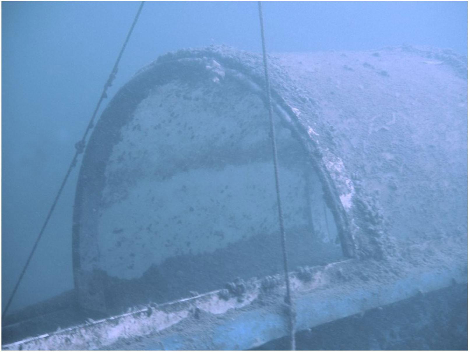 Und so schaut ein Teil der Röhre unter Wasser aus. Man beachte die nach oben zeigenden Seile. Diese sind ebenfalls gut im Side Imaging zu erkennen!