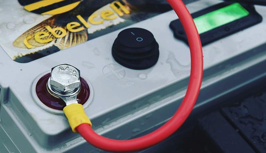 Lithium Ionen Akkus als Bootsbatterien sind unschlagbar. Hier ist eine Rebelcell gezeigt.