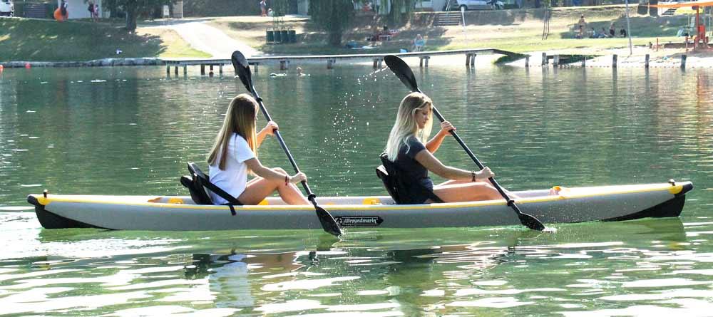 Kakajs oder Kanus: Die Unterschiede erklärt. Kajaks werden mit einem Doppelpaddel betrieben und gehören zu den Kanus (Oberbegriff).